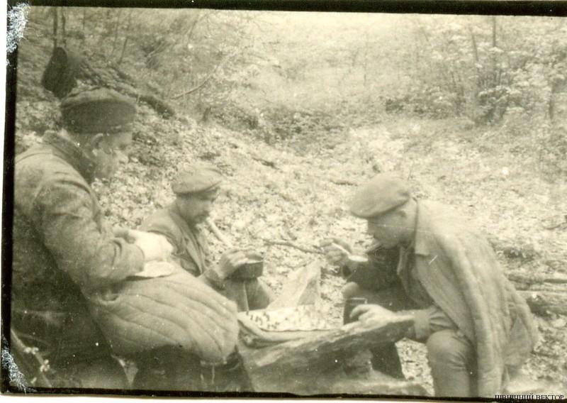 Зиновій Тершаковець і Роман Шухевич грають у шахи. 1948 р.